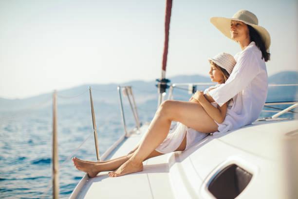 Mère et fille jouissant sur yacht - Photo