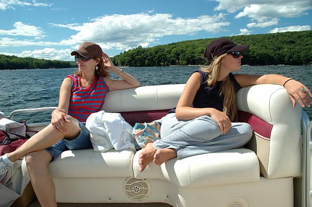 Mère et fille en bateau sur le lac - Photo