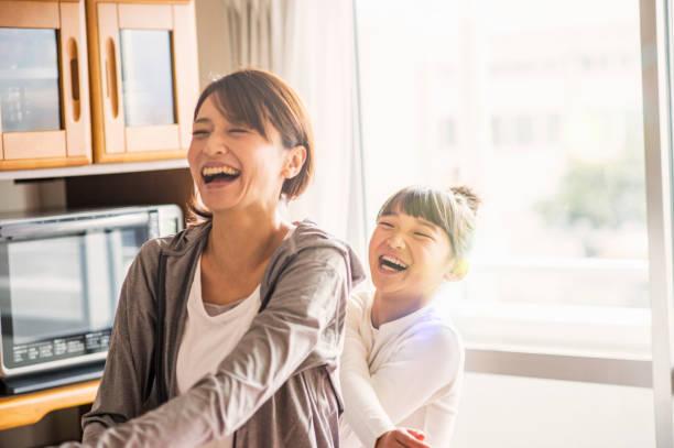母と娘の家で一緒に運動 - 母娘 笑顔 日本人 ストックフォトと画像