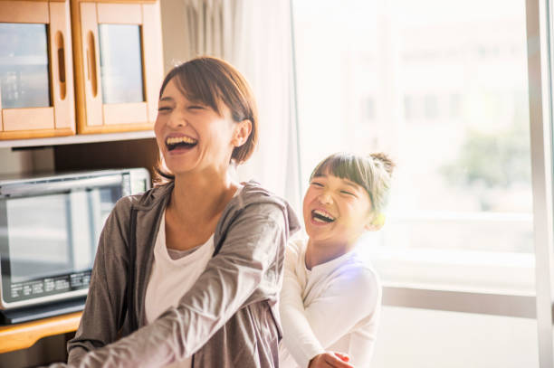 mother and daughter exercising together in home - japończycy zdjęcia i obrazy z banku zdjęć