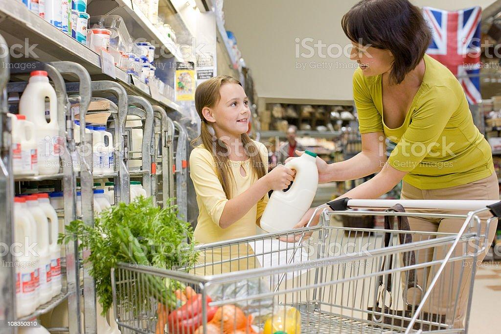 Madre e figlia ottenere latte in Supermercato - foto stock