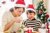 母と娘の家でのクリスマス パーティーで楽しい時間を過ごして