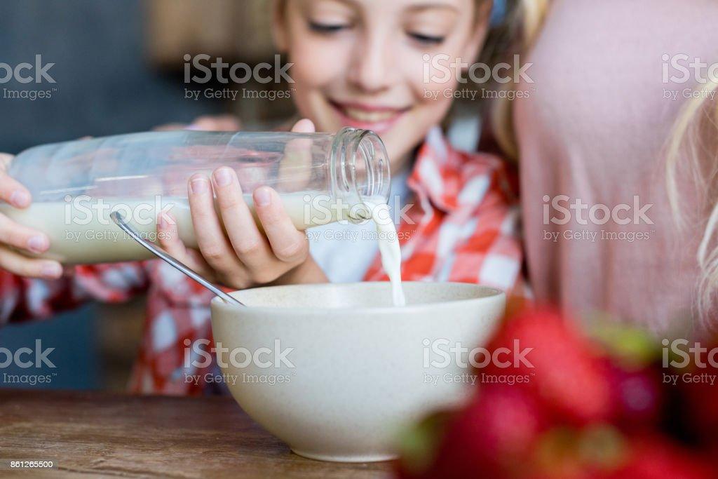 Mutter und Tochter mit Frühstück – Foto