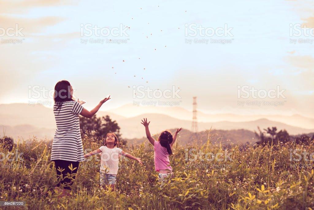 Mère et fille s'amuser et jouer ensemble dans le champ de maïs - Photo