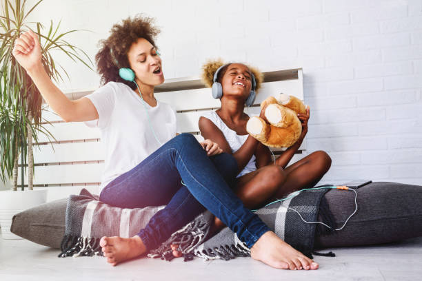 Mutter und Tochter haben Spaß zu Hause musikhören – Foto