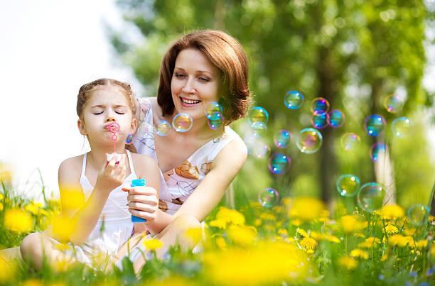 Mutter und Tochter Spaß im park – Foto