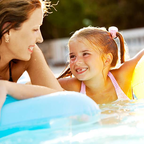Mutter und Tochter Spaß im pool – Foto