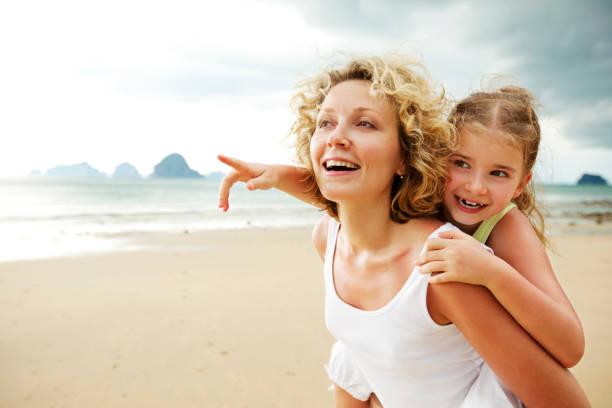 Mutter und Tochter haben Spaß am Strand – Foto
