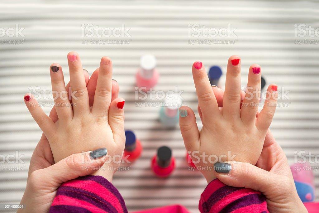 Mutter und Tochter Spaß haben Fingernägel lackieren – Foto