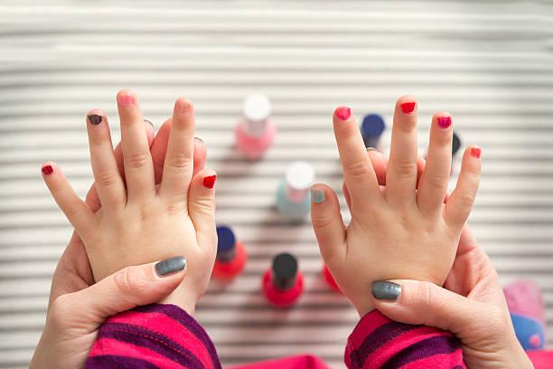 mutter und tochter spaß haben fingernägel lackieren - nägel lackieren stock-fotos und bilder