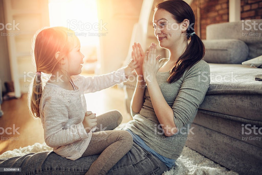 Madre e hija divertirse - foto de stock