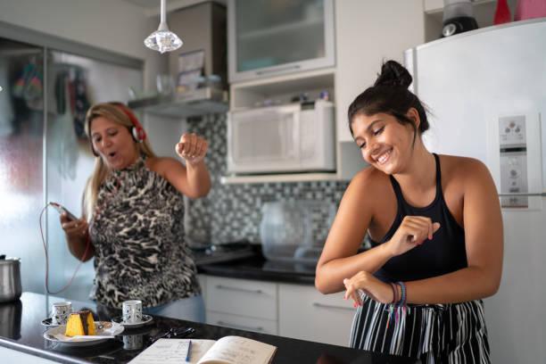 matriz e filha que têm o divertimento junto ao dançar na cozinha - dançar - fotografias e filmes do acervo