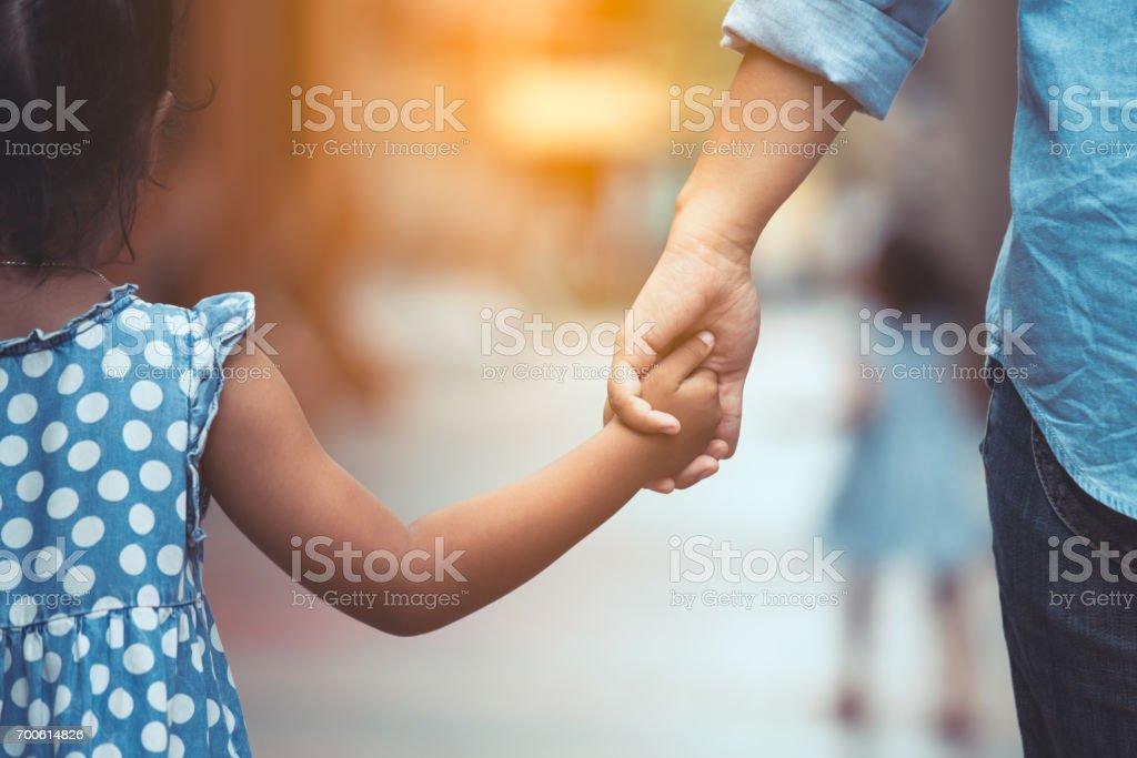 Madre e hija sosteniendo de la mano juntos en tono de color de la vendimia - Foto de stock de Adulto libre de derechos
