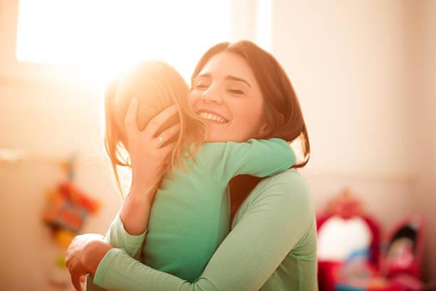 Mutter und Tochter umarmen – Foto