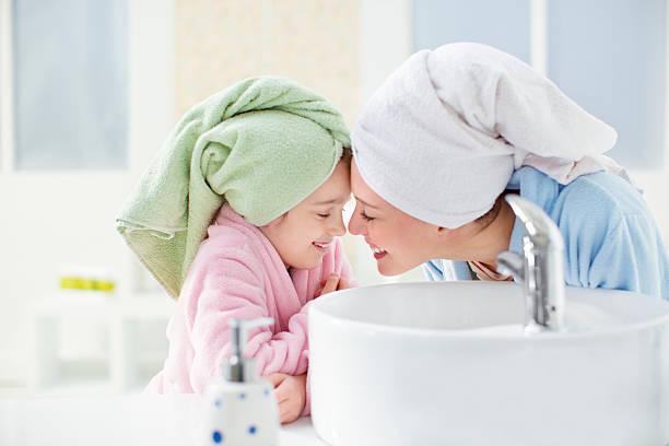 mutter und tochter im bad. - kinder wc stock-fotos und bilder