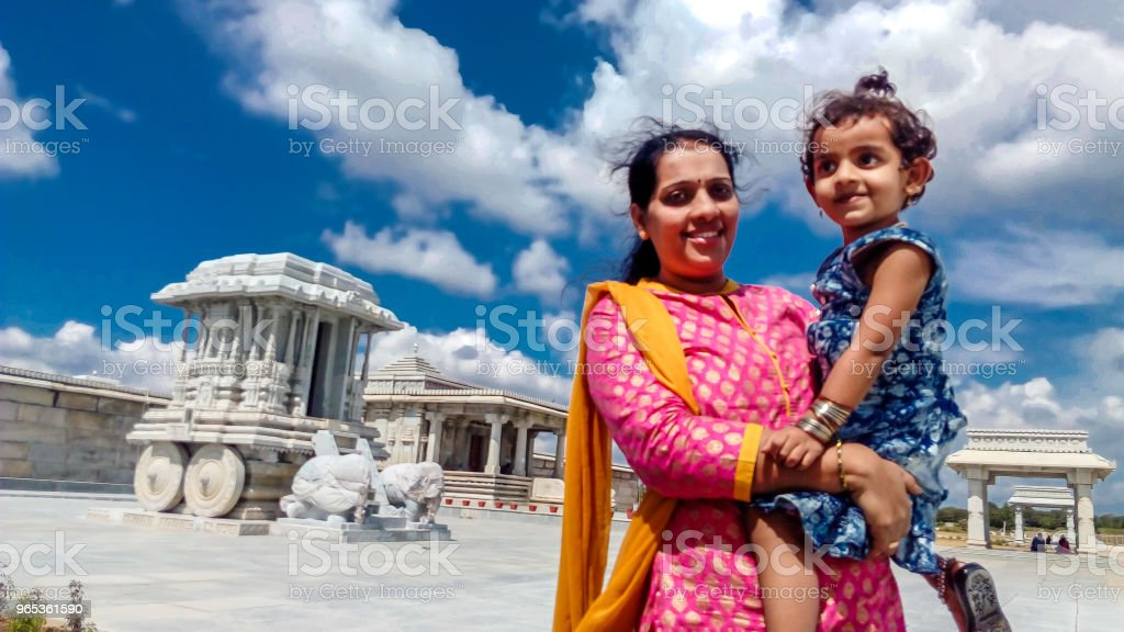 廟前母女 - 免版稅一個小孩的家庭圖庫照片