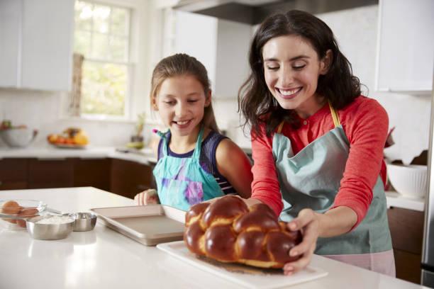 matka i córka w kuchni ze świeżo upieczonym challahem - judaizm zdjęcia i obrazy z banku zdjęć