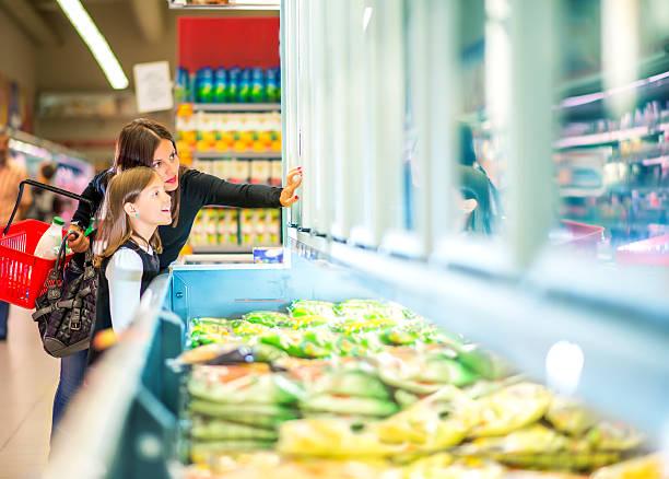 구슬눈꼬리 및 딸이다 있는 슈퍼마켓 니어 냉동상태의 음식 - 냉동식품 뉴스 사진 이미지