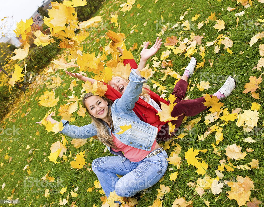 Mother and daughter in the autumn park royaltyfri bildbanksbilder