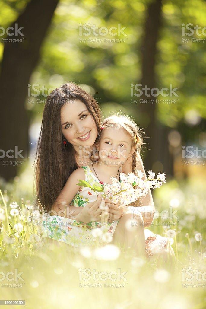 Mutter und Tochter im park – Foto