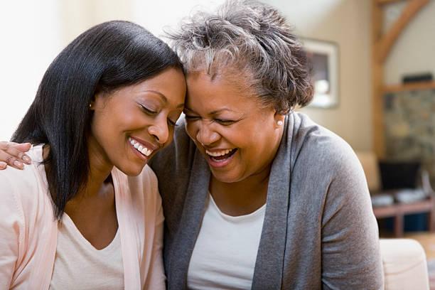 Mãe e filha riem - foto de acervo