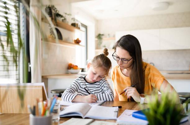 mutter und tochter lernen drinnen zu hause, corona-virus und quarantäne-konzept. - homeschooling stock-fotos und bilder