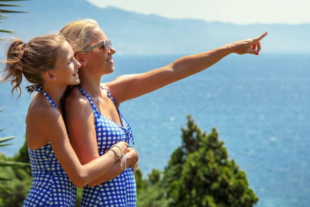 Mutter und Tochter blicken freudig in die Zukunft – Foto