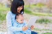 母と娘を見て、デジタルタブレット