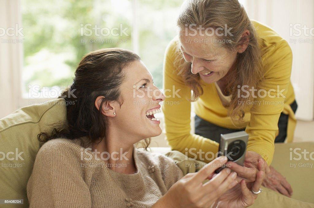 Mère et fille en regardant un appareil photo numérique photo libre de droits