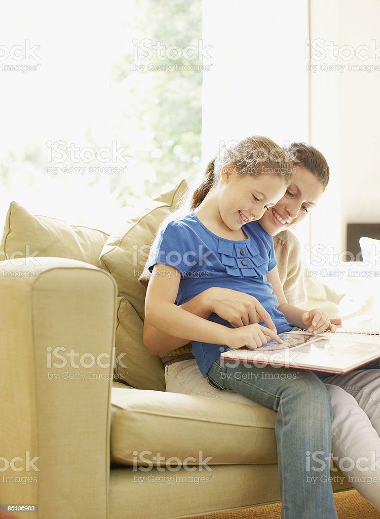 Mère et fille en regardant un album photo photo libre de droits