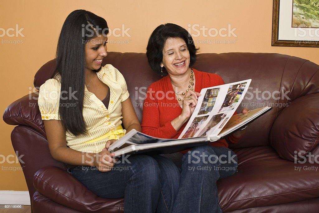 mother and daughter looking at photos royaltyfri bildbanksbilder