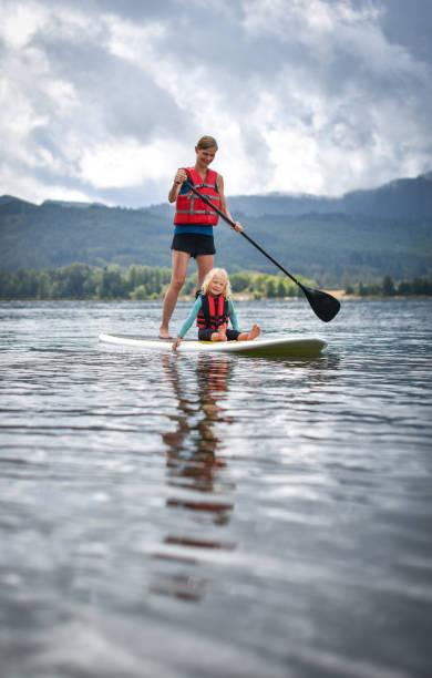 Mutter und Tochter-paddle-boarding – Foto