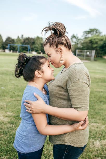 mutter und tochter  - emoticon hug stock-fotos und bilder