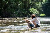 母と娘の渓流で演奏