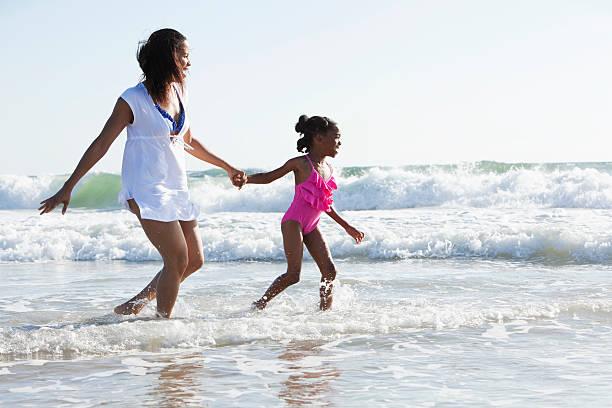 mãe e filha brincar surf - com os pés na água - fotografias e filmes do acervo