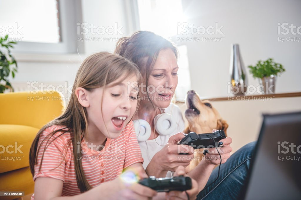 Mother and daughter playing video games foto stock royalty-free