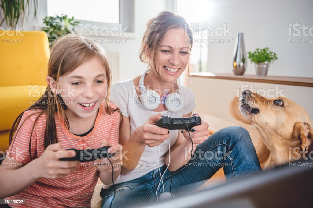 Mother and daughter playing video games royalty free stockfoto