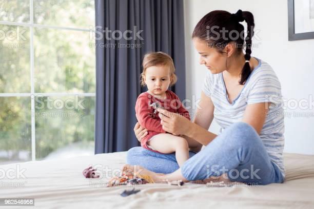 Foto de Mãe E Filha Brincar Com Animais De Brinquedo e mais fotos de stock de 12-17 meses