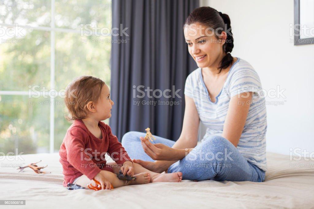 mãe e filha brincar com animais de brinquedo - Foto de stock de 12-17 meses royalty-free