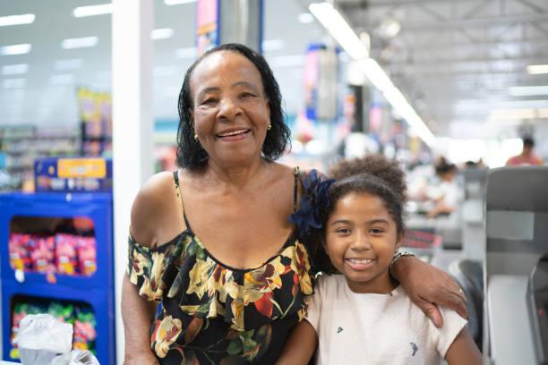 Retrato de madre e hija en el supermercado - foto de stock