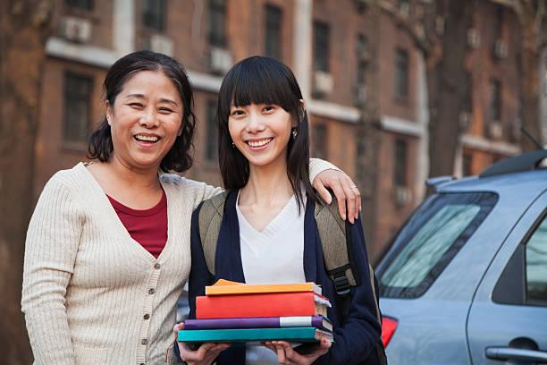 retrato de mãe e filha na frente de dormitório - vida de estudante - fotografias e filmes do acervo
