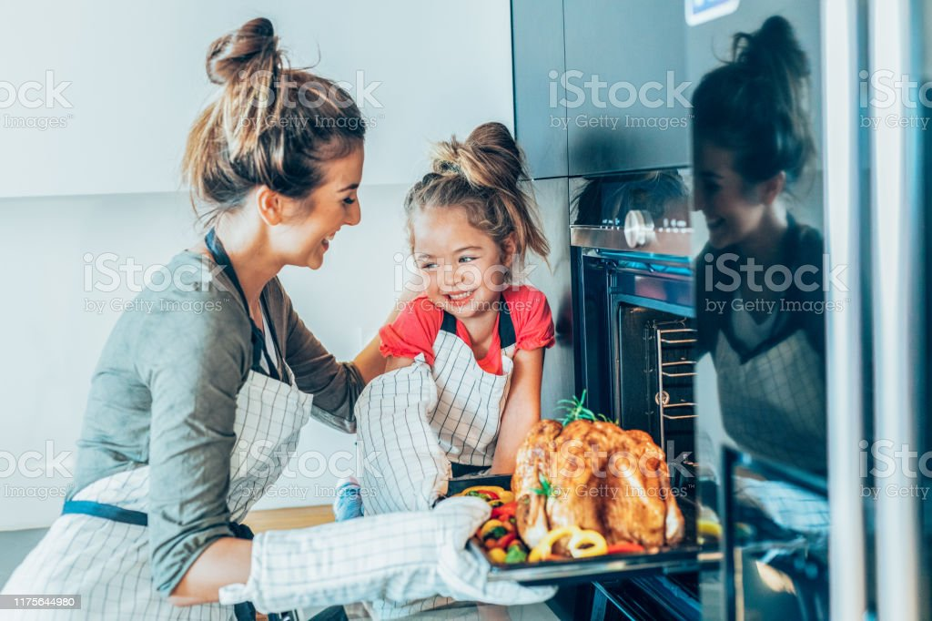 Mother and daughter preparing turkey - Royalty-free 20-29 Anos Foto de stock