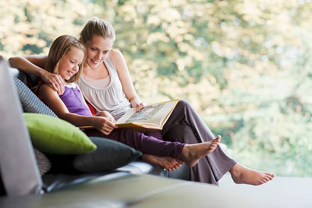 Mutter und Tochter lesen storybook – Foto