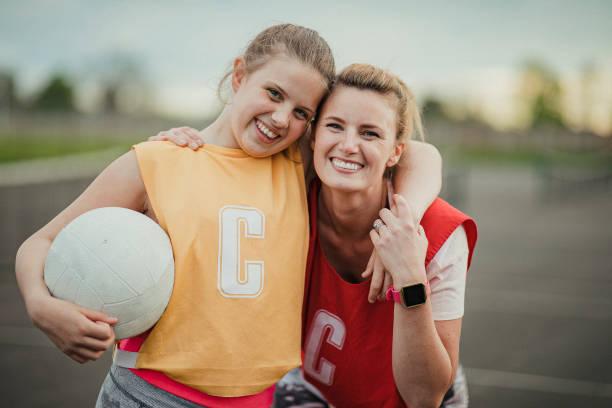 matriz e filha prontas para jogar netball - girl power provérbio em inglês - fotografias e filmes do acervo