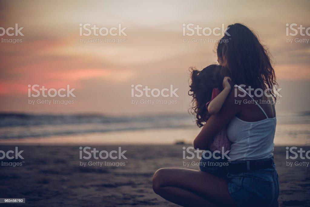 Anne ve kızı sahilde rahatlatıcı - Royalty-free Aile Stok görsel