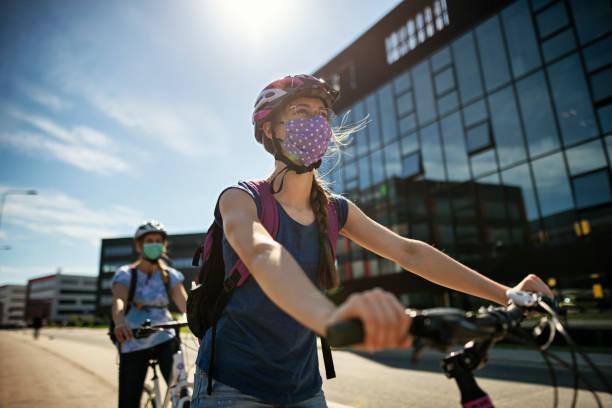 madre e figlia in bici durante la pandemia di covid-19 - ciclismo foto e immagini stock