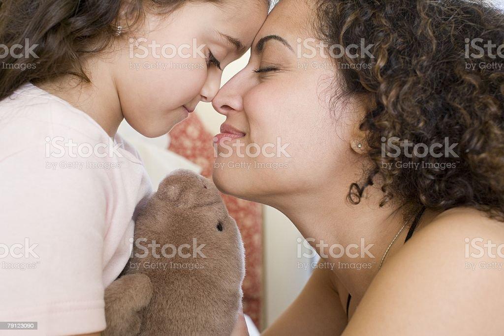 구슬눈꼬리 및 딸이다 코를 비비기 royalty-free 스톡 사진