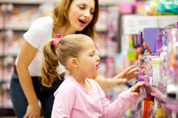 mère et fille shopping pour jouets - jouet photos et images de collection