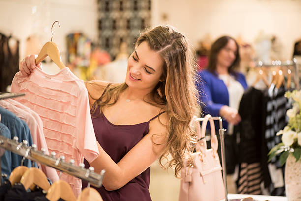 mutter und tochter einkaufen in einem bekleidungsgeschäft - kleider günstig kaufen stock-fotos und bilder