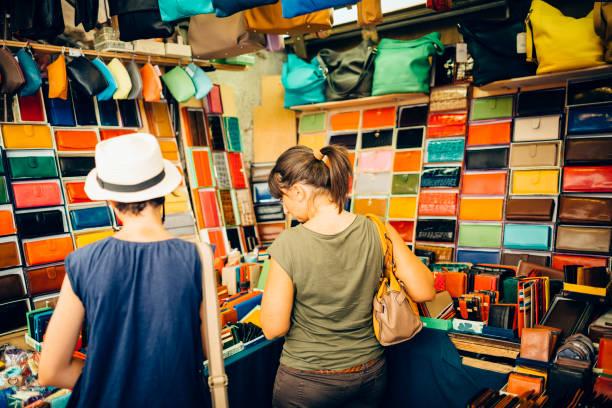 Mutter und Tochter Einkaufen in Florenz Straßenmarkt – Foto